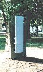 Das Denkmal für Sir Bernard Katz vor der Enthüllung